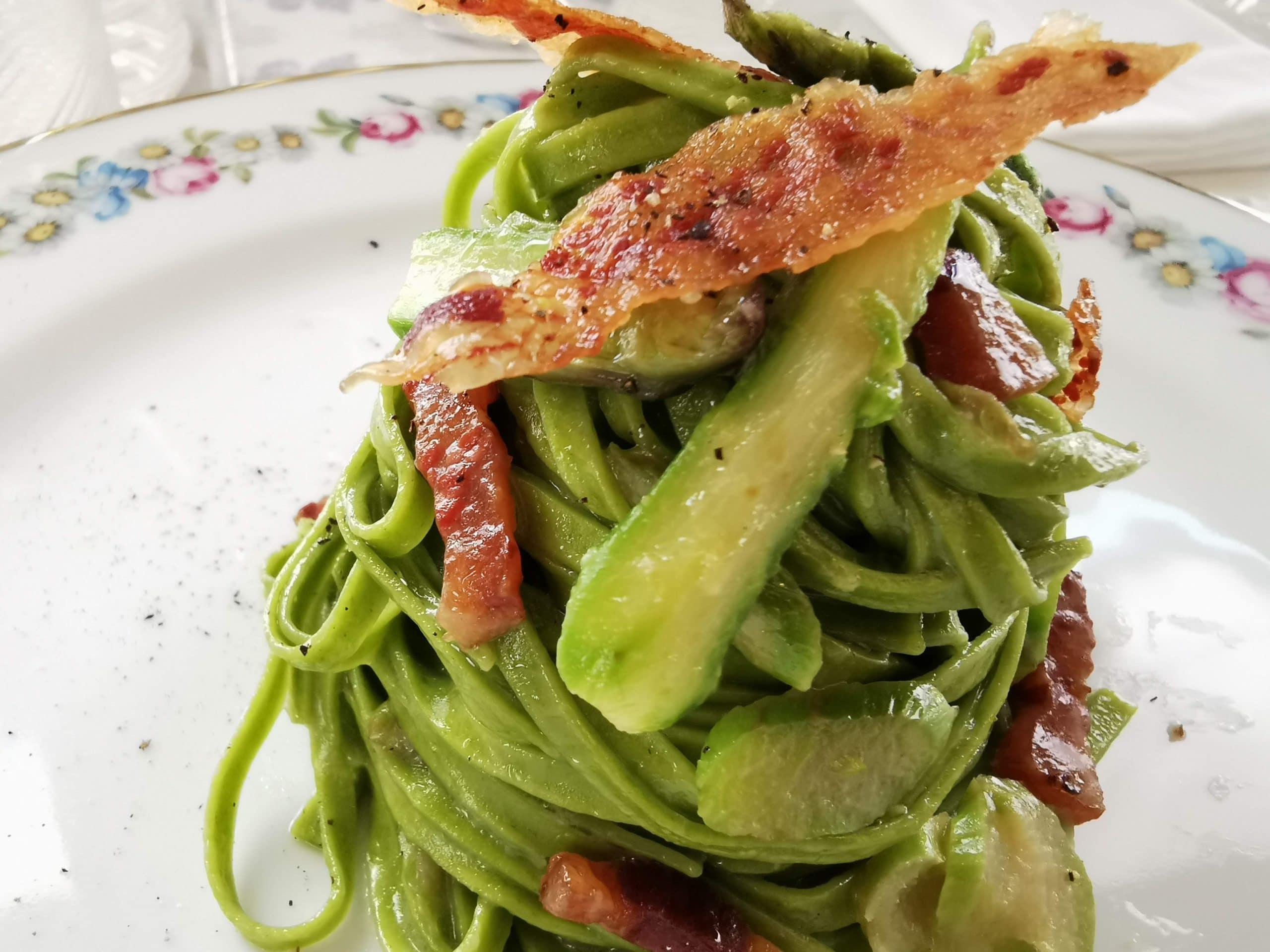 alt= tagliatella verde fatta in casa con punte di asparago fresco e guanciale croccante